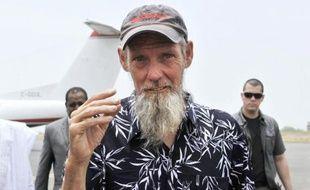 Sjaak Rijke, otage néerlandais aux mains d'Aqmi pendant plus de trois ans, arrive à l'aéroport de Bamako au Mali, le 7 avril 2015, au lendemain de sa libération par l'armée française