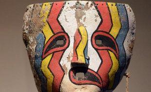 Un masque sacré Hopi lors d'une précédente vente aux enchères à Paris, le 5 avril 2013
