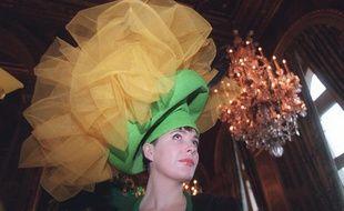 """Le 25 novembre, les femmes de plus de 25 ans non mariées, les """"Catherinettes"""", arborent un chapeau selon la tradition."""