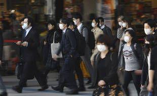 A la sortie d'une station de métro, à Tokyo le 19 novembre 2020.
