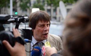 """Le secrétaire général de la CGT, Bernard Thibault, a estimé mardi qu'""""il faut maintenir"""" l'usine PSA d'Aulnay, que le constructeur prévoit de fermer d'ici 2014, une condition, selon lui, pour avoir un plan d'aide à la filière """"à la hauteur""""."""