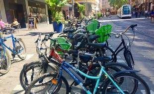 Illustration de vélos dans Strasbourg le 09 juillet 2019.