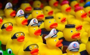 Mulhouse: Une course caritative de 12.000 canards en plastique organisée dans le canal de l'Ill