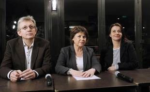Martine Aubry (C), première secrétaire du PS, Cécile Duflot (D), secrétaire national d'Europe Ecologie-Les Verts, et Pierre Laurent (G), secrétaire national du PCF, pose avant le début d'une conférence de presse, le 20 mars 2011 à Paris, à l'issue du premier tour des élections cantonales.
