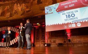 Adrien Deliège reçoit le 1er prix de la finale internationale Ma thèse en 180 secondes le 1er octobre 2015 à Paris.
