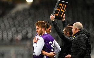 Alexis Blin remplace Oscar Trejo sous les yeux d'Alain Casanova lors de TFC - Rennes, le 14 février 2015.