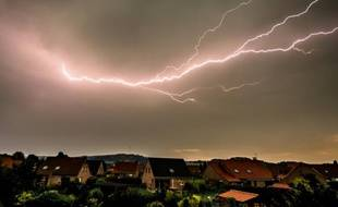 Un ciel orageux à Godewaersvelde (nord de la France, le 13 août 2015