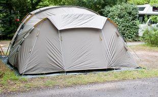 Une tente dans un camping. Illustration