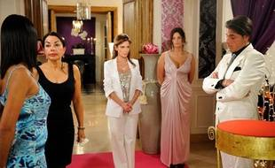 Les candidats de la saison 1 de «Qui veut épouser mon fils» (de gauche à droite): Samira, Marie-France, Karine et Giuseppe. Au milieu, la présentatrice, Elsa Fayer.