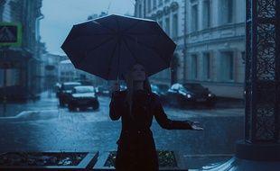 Une jeune femme sous la pluie