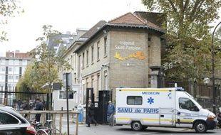 Une ambulance à la sortie de l'hôpital Saint-Antoine à Paris