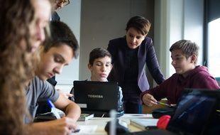 Najat Vallaud-Belkacem, avec des collégiens lors d'une visite, le 6 octobre, au collège  Daniel Fery, à Limeil-Brevannes.