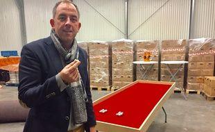 Olivier Bourg devant sa table de mini pétanque en matière synthétique.