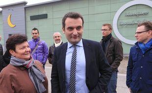 Florian Philippot, devant la mosquée Eeyub Sultant à la Meinau avec des sympathisants