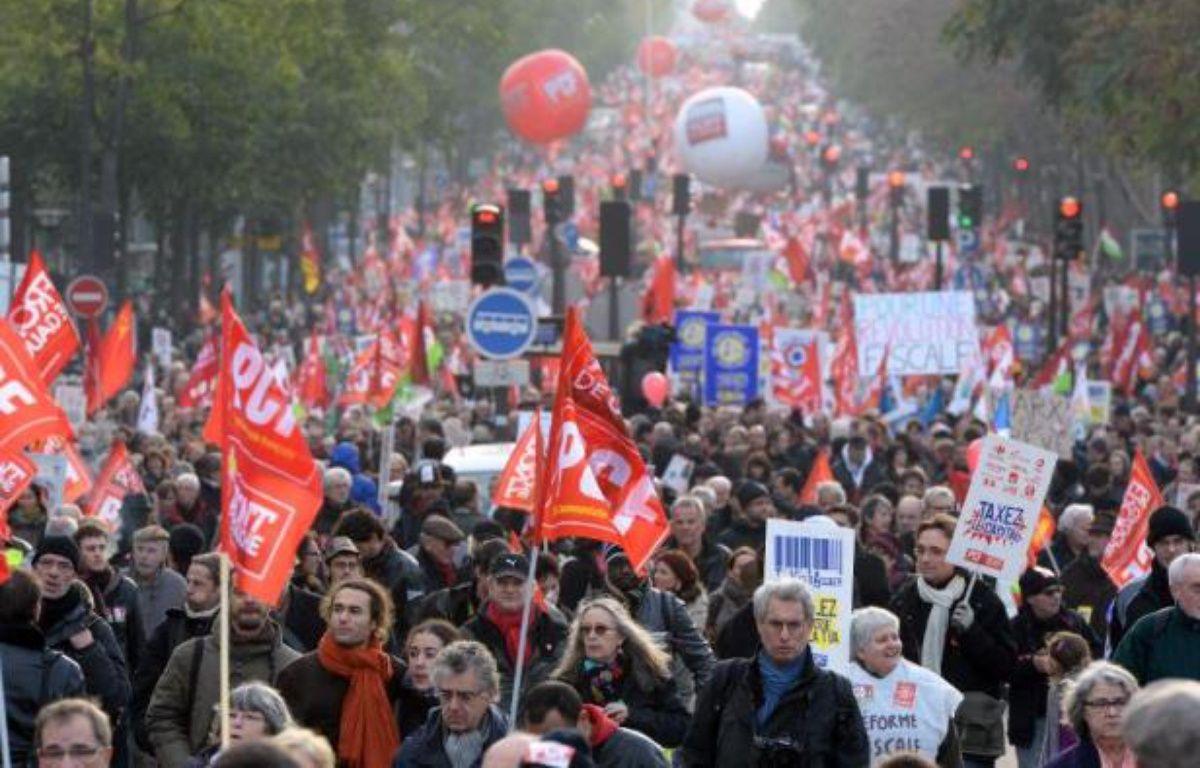 """Les organisateurs de la marche du Front de gauche """"pour une révolution fiscale"""" à Paris ont annoncé avoir rassemblé 100.000 manifestants dimanche, tandis que la préfecture de police a comptabilisé 7.000 participants. – Pierre Andrieu AFP"""