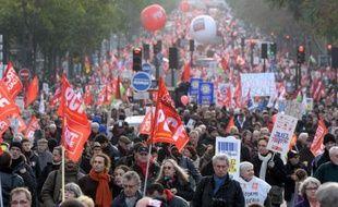 """Les organisateurs de la marche du Front de gauche """"pour une révolution fiscale"""" à Paris ont annoncé avoir rassemblé 100.000 manifestants dimanche, tandis que la préfecture de police a comptabilisé 7.000 participants."""