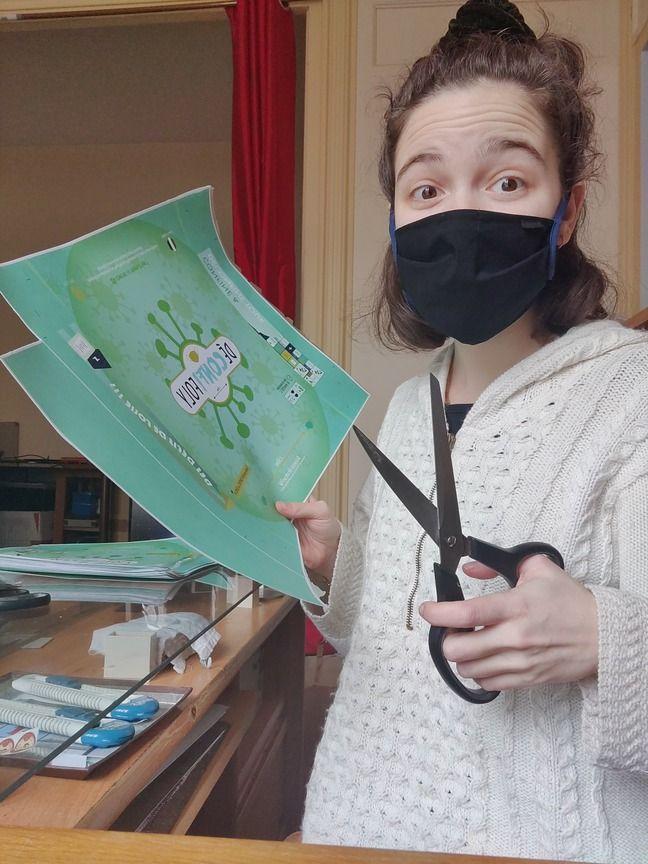 Emma Dubreux en pleine préparation de son premier jeu de société Déconfifoly.