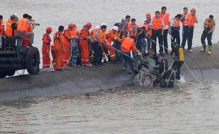 """Un survivant du naufrage du navire de croisière """"Etoile de l'Orient"""" est secouru sur le Yangtsé, à Jianli, le 2 juin 2015"""