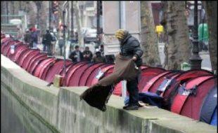 La détresse des sans-abri resurgit en France en ce début d'hiver, sous l'impulsion des Enfants de Don Quichotte, une toute jeune association qui a installé de manière spectaculaire des tentes sur le bord du canal Saint-Martin, à Paris.
