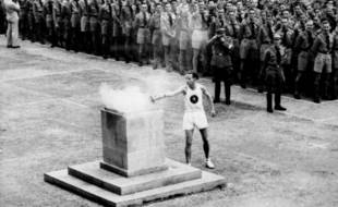 Allumage de la vasque avec la flamme olympique, le 1er août 1936, à Berlin.