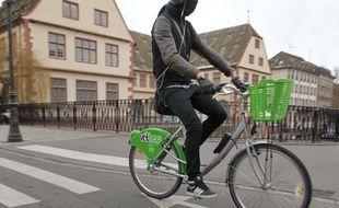 Cycliste sur le pont du Corbeau à Strasbourg. (Illustration)