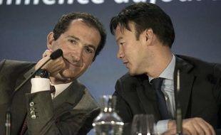 Le président du groupe Altice Patrick Drahi (g) et Dexter Goei (d), son directeur général, le 7 avril 2014 à Paris