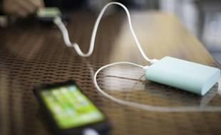 En fonction de leur capacité, les batteries externes permettent de recharger simultanément un à plusieurs téléphones portables, voire des tablettes et des ordinateurs.