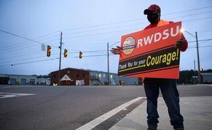Le 27 mars 2021, un employé d'Amazon fait campagne pour la création d'un syndicat à Bessemer en Alabama.