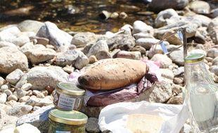 Un pique-nique au bord d'une rivière