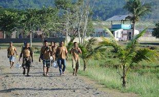 Des prisonniers marchent sans escorte jusqu'à leur lieu de travail à Puerto Princeso, sur l'île de Palawan, le 6 juin 2014