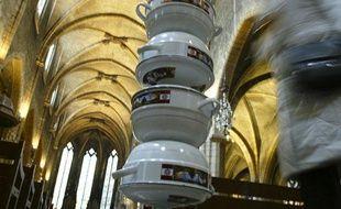 Une colonne de casseroles de 7 mètres de haut réalisée par l'artiste camerounais Pascale Marthine Tayou est exposée dans l'église lyonnaise Saint-Bonaventure