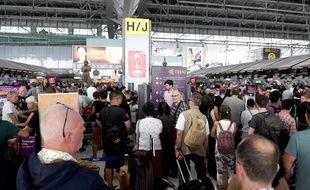 Des passagers attendent à l'aéroprt Suvarnabhumi à Bangkok, le 28 février 2019. Plusieurs dizaines de vols ont été annulés après la fermeture de l'espace aérien pakistanais.