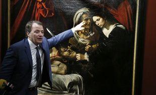 """Le commissaire-priseur toulousain Marc Labarbe, en avril 2016, lors de la présentation du tableau """"Judith et Holopherne"""" attribué au Caravage."""