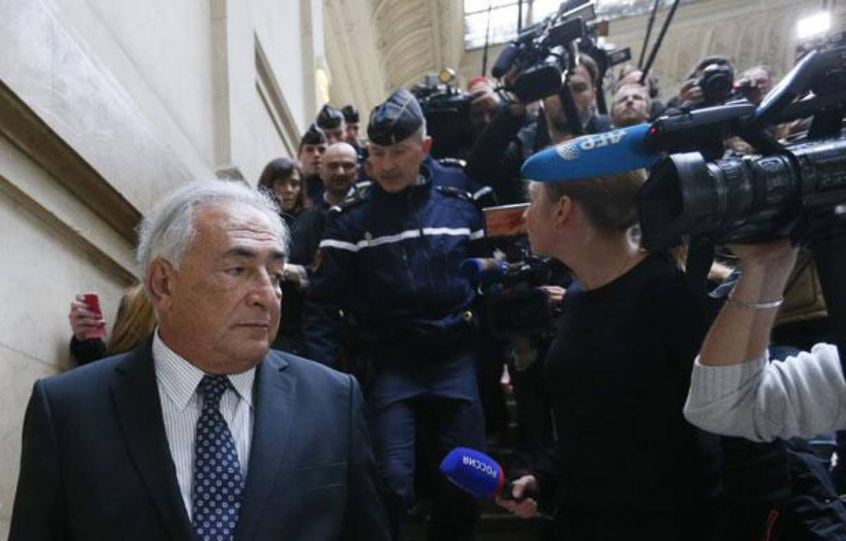 L'ancien chef du FMI, Dominique Strauss-Kahn, quitte le palais de justice de Paris le 26 février 2013.   – AFP PHOTO KENZO TRIBOUILLARD