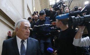 L'ancien chef du FMI, Dominique Strauss-Kahn, quitte le palais de justice de Paris le 26 février 2013.