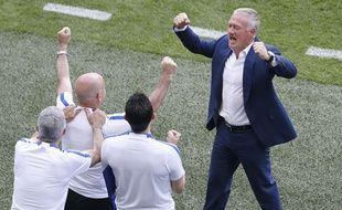 Didier Deschamps fête la qualification contre l'Irlande avec son staff.