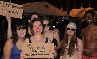 Les jeunes écologistes de Toulouse en maillot de bain sur le marché de Noël.