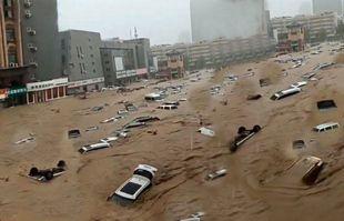 Des véhicules emportés par l'eau à Zhengzhou, capitale de la province chinoise du Henan (centre), le 20 juillet 2021.
