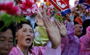 Des Nord-Coréennes en larmes en passant devant leur président Kim Jong-Un à Pyongyang, le 10 octobre 2015.