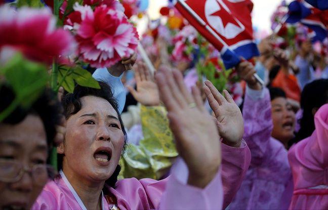Des Nord-Corennes en larmes en passant devant leur prsident Kim Jong-Un  Pyongyang, le 10 octobre 2015.