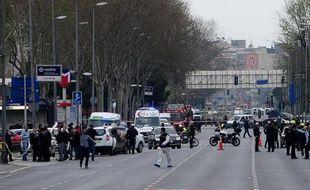 Des policiers turcs bloquent une route menant au QG de la police à Istanbul, le 1er avril 2015 après une attaque