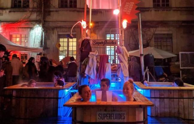 Parisiennes et parisiens profitant d'un bain chaud en plein air aux Grands Voisins