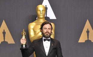 L'acteur Casey Affleck avec son Oscar du meilleur acteur l'année dernière