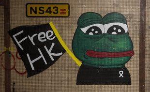 """Avec ses yeux exorbités et sa large bouche, """"Pepe la grenouille"""" connaît une nouvelle vie à Hong Kong"""