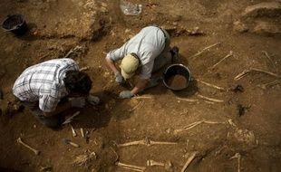Méticuleusement, les archéologues époussettent la terre: ils viennent de mettre au jour vendredi quelques uns des 125 squelettes de victimes du franquisme jetées entre 1936 et 1949 dans une fosse commune du village andalou de Teba, l'une des plus grandes jamais découvertes en Espagne.