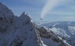 """Une scène de """"Demain ne meurt jamais"""", tournée dans le ciel des Pyrénées."""