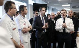 Emmanuel Macron et le ministre de la Santé Olivier Véran à l'hopital La Pitie-Salpetriere, le 27 février 2020, après le décès d'un patient touché par le coronavirus.