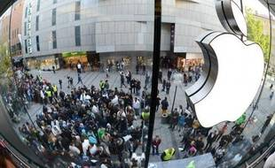 Apple a annoncé mardi un recul de son bénéfice net trimestriel, ce qui n'était plus arrivé depuis près de dix ans, mais a parallèlement promis de reverser une cagnotte à ses actionnaires, une tentative pour tenter d'enrayer la chute du titre en Bourse ces derniers mois.