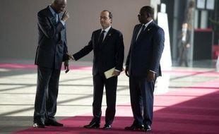 Le président français François Hollande (c) s'entretient avec le secrétaire général de la Francophonie Abdou Diouf (g) sous le regard du président sénégalais Macky Sall, le 29 novembre 2014 à Dakar