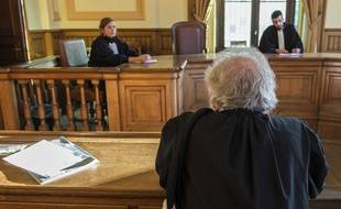 Un avocat dans un tribunal avec les justiciables (illustration)